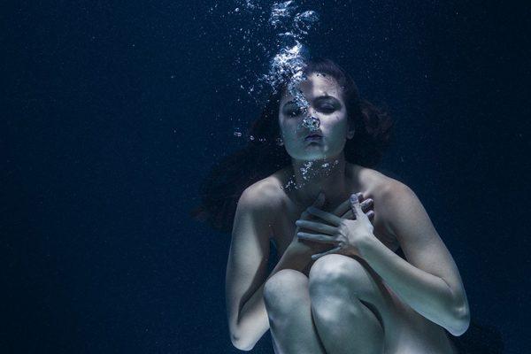 woman under water breathing motiontabs website